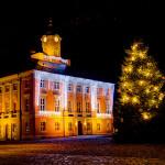 Marktplatz mit historischem Rathaus in Templin zur Weihnachtszeit