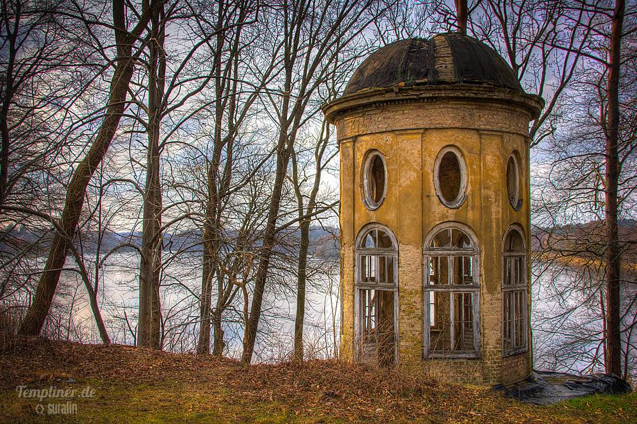 Alter Teepavillon mit Blick auf den Templiner See