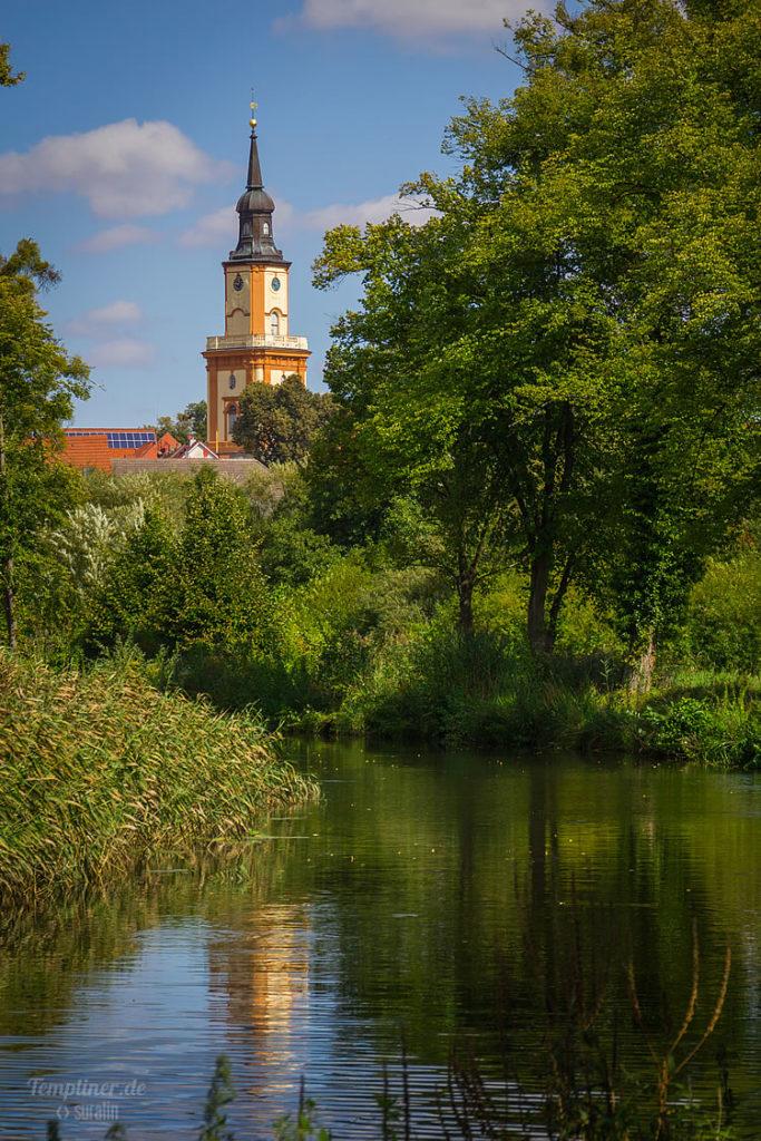 Kirchturm über Templiner Kanal