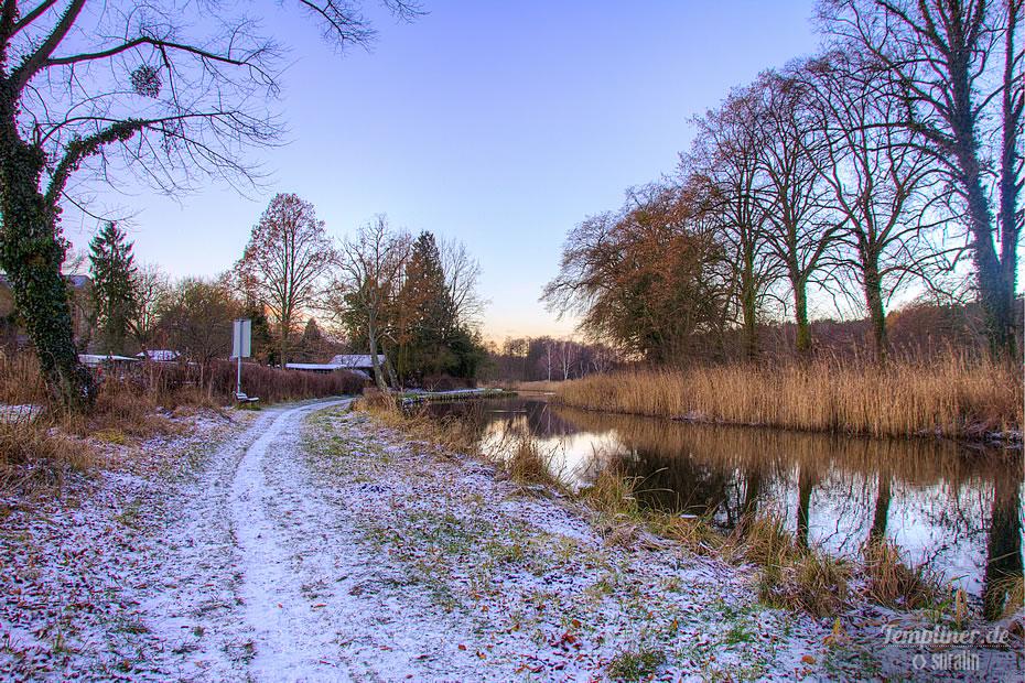 Weg zum spazieren gehen am Kanal im Winter