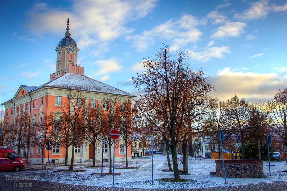 Histrorisches Rathaus in Templin im Winter