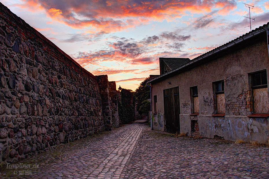 Spaziergang an der Templiner Stadtmauer am Abend