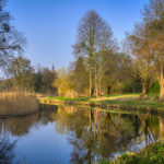Frühlings-Ansicht: Templiner Kanal mit Kirche im Hintergrund