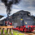 Alte Dampflok zieht Zug vom Bahnhof Templin