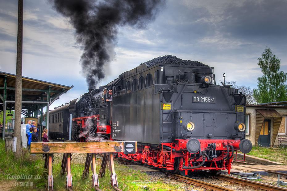 Historische Dampflok zieht Zug vom Bahnhof Templin