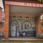 Alte Tankstelle (mit Minol-Schriftzug) und Wandbild